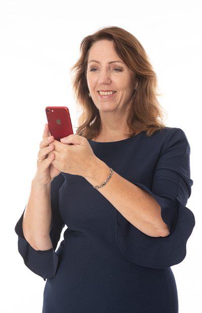Met telefoon en glimlach